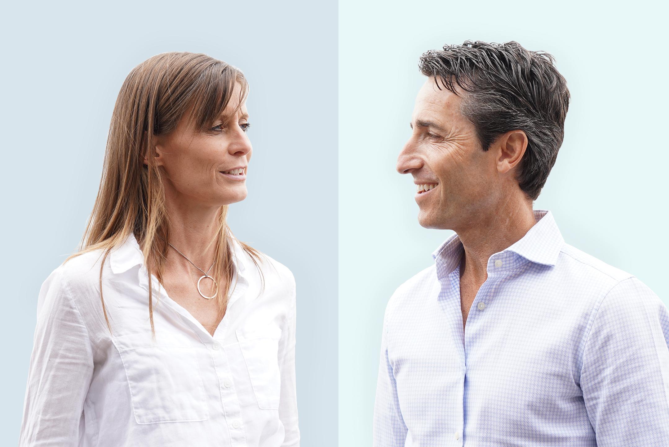Dr. Johanna Weiland und Prof. Dr. Jürgen Lutz lächeln vor hellblauem Hintergrund.