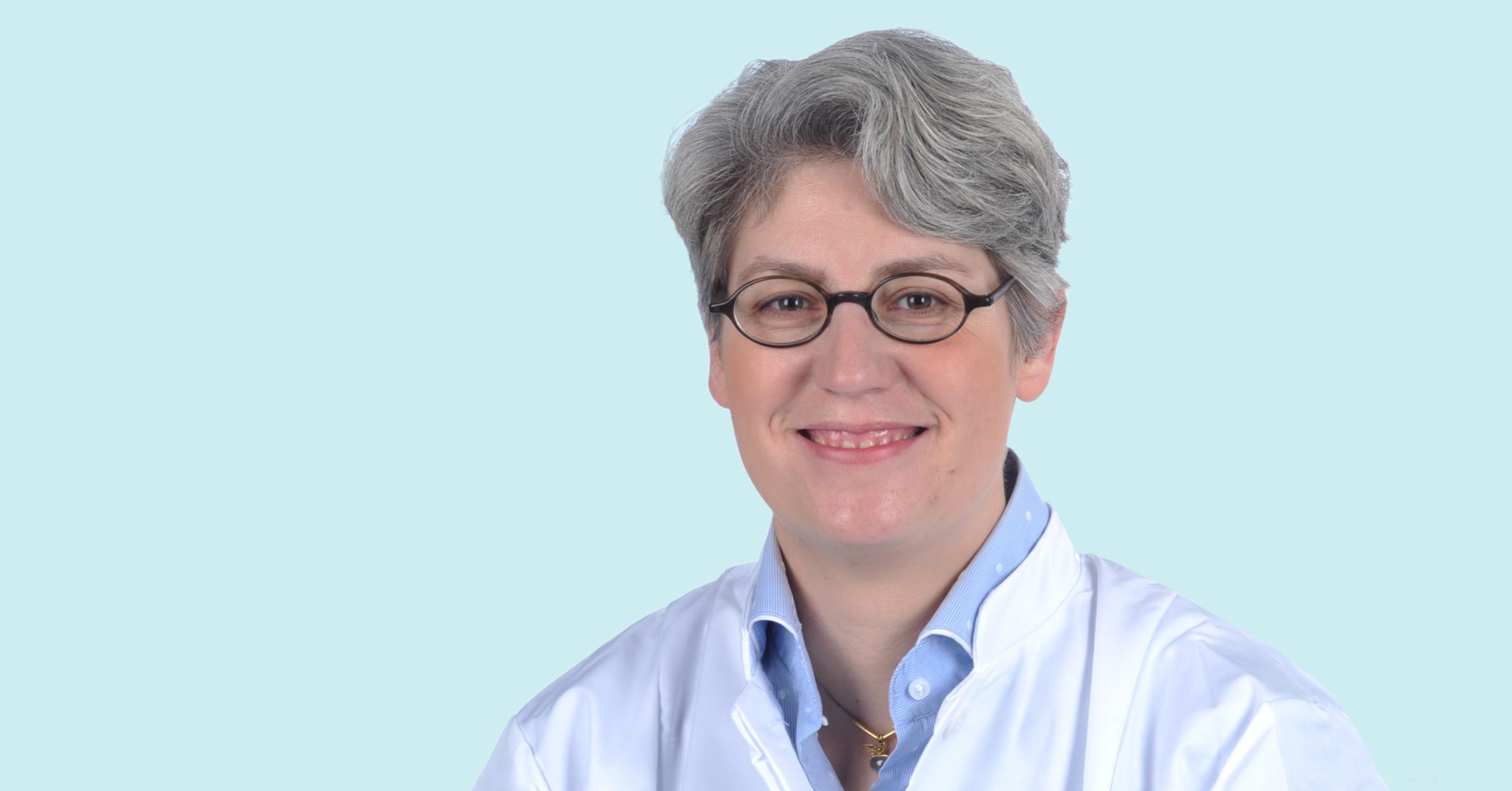 Prof. Julia Mayerle lächelt in die Kamera